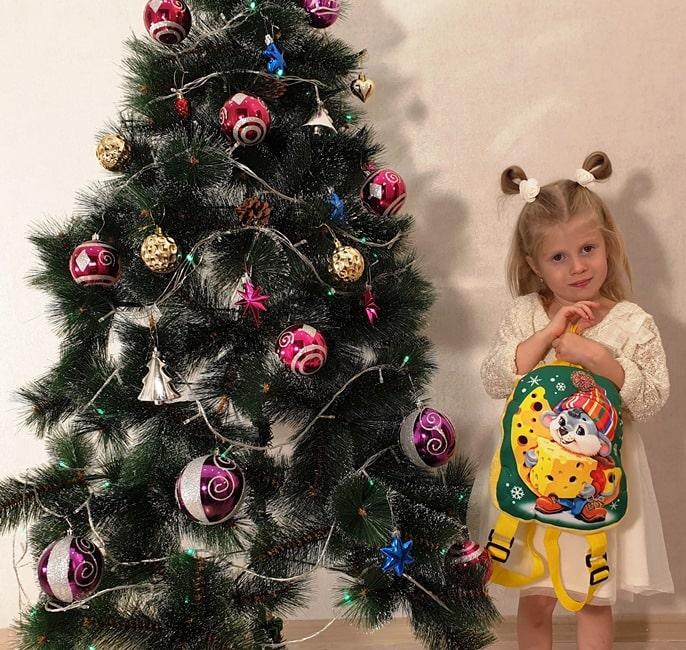 """Новогодние подарки из конфет """"Рюкзак Мышонок с сыром"""""""